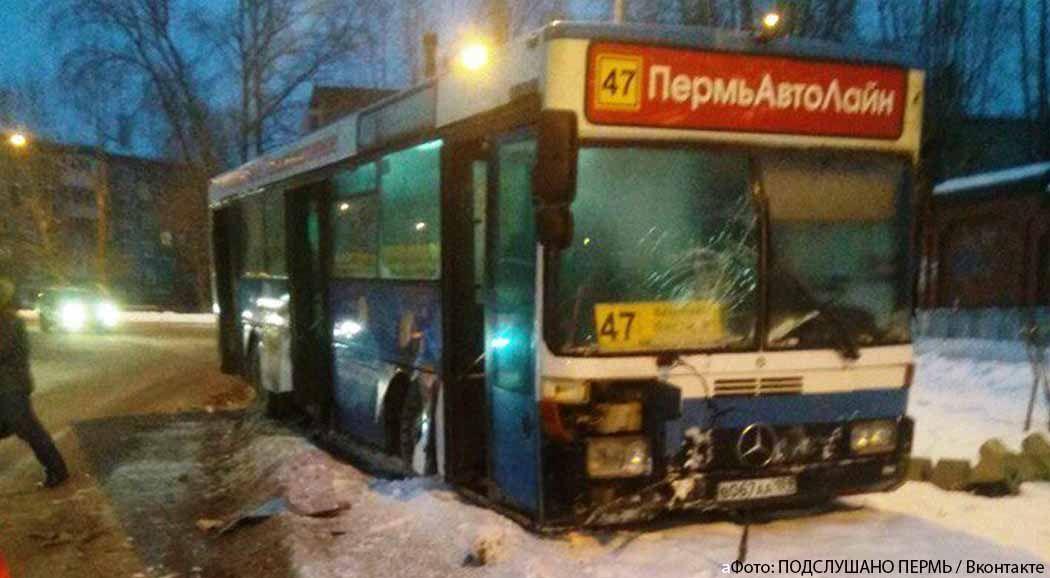 ВПерми автобус спассажирами врезался всветофор