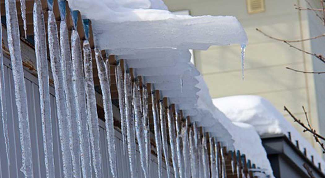 ВПерми скончалась девочка, накоторую скрыши упала глыба льда