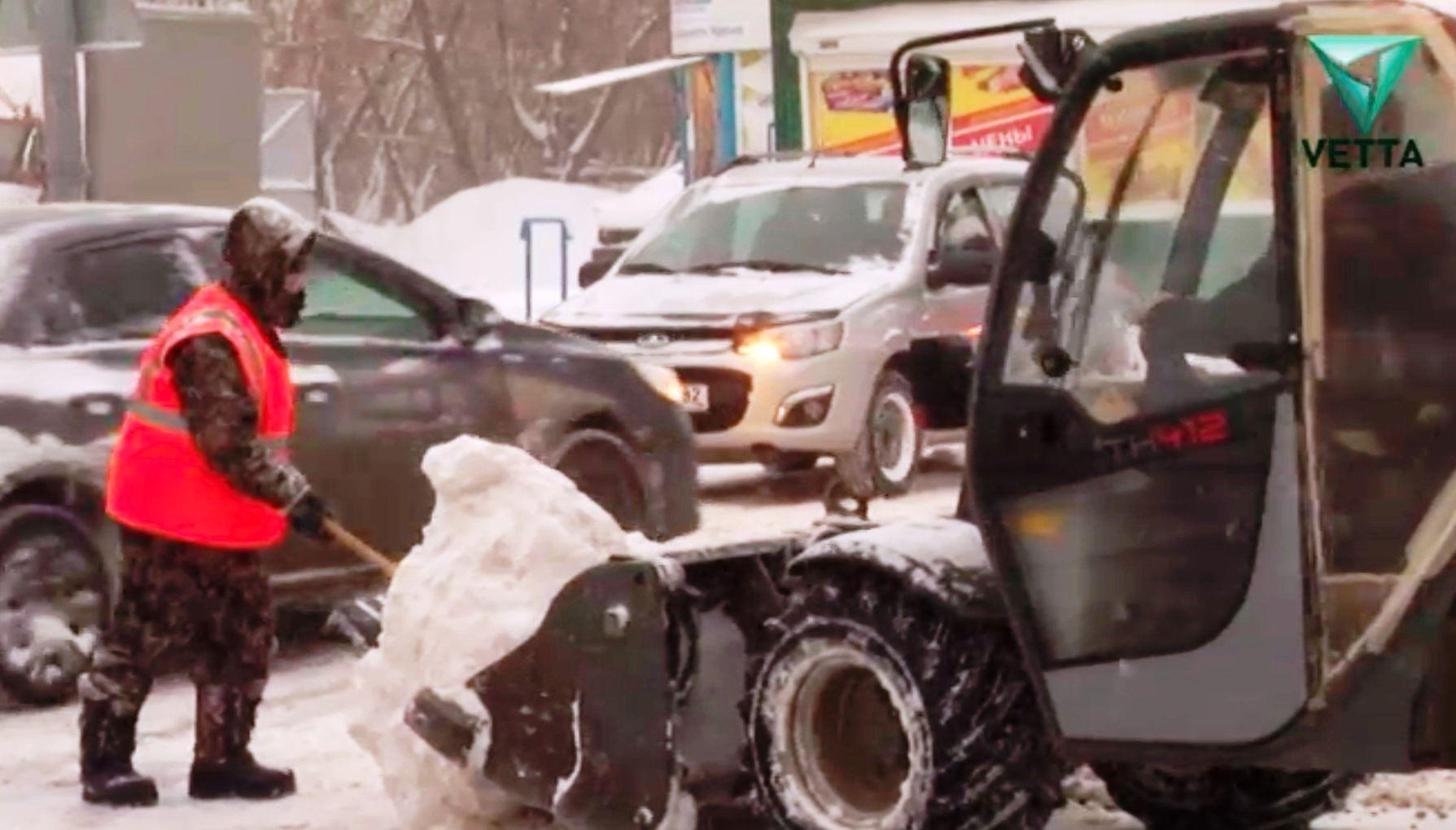 С улиц Перми вывозят снег чтобы потом не утонуть