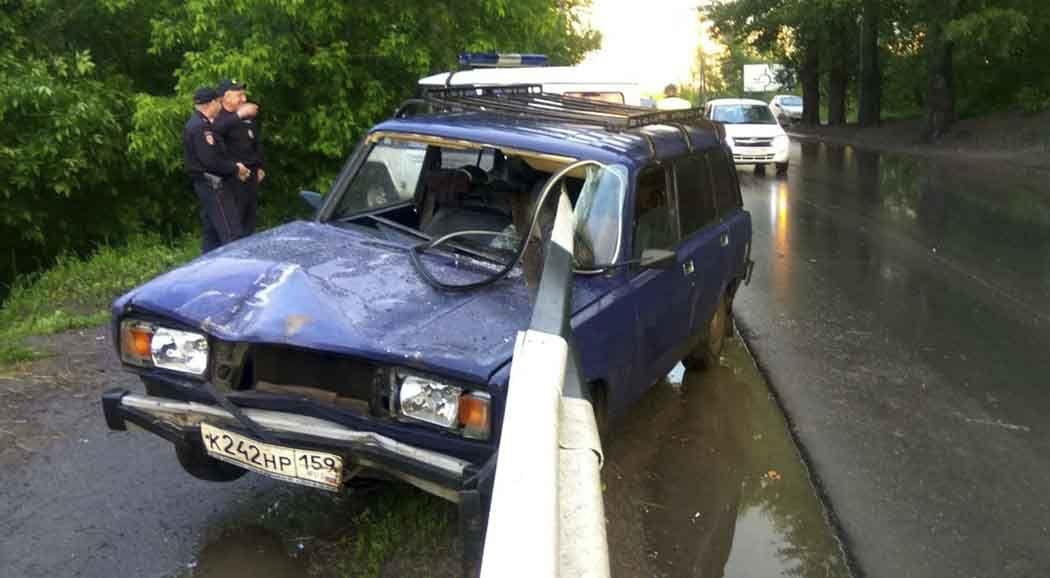 ВПерми машину пробило насквозь дорожным ограждением